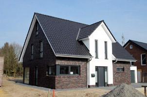 Massivhaus modern satteldach  Massivhaus bauen NRW, modernes Einfamilienhaus mit Satteldach ...